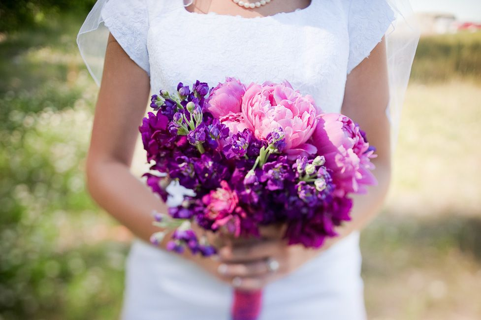 Matt Shumate Photography at the LDS Seattle Temple wedding bride  and purple and pink flower bouquet