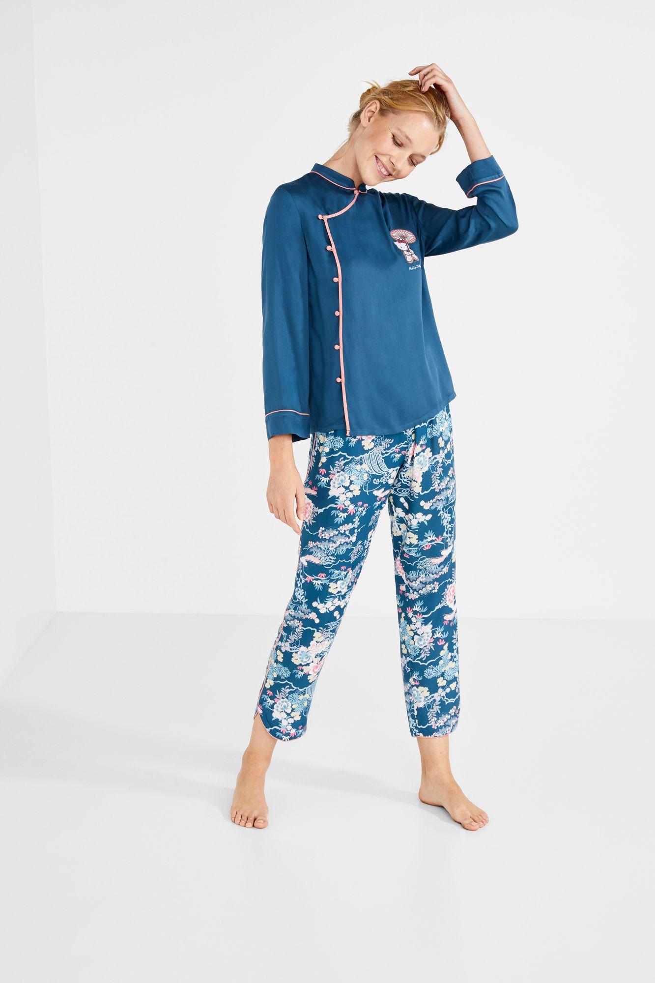 9c6eb552a Conjunto de pijama capri con camiseta estilo oriental con bordado de Hello  Kitty y pantalón estampado
