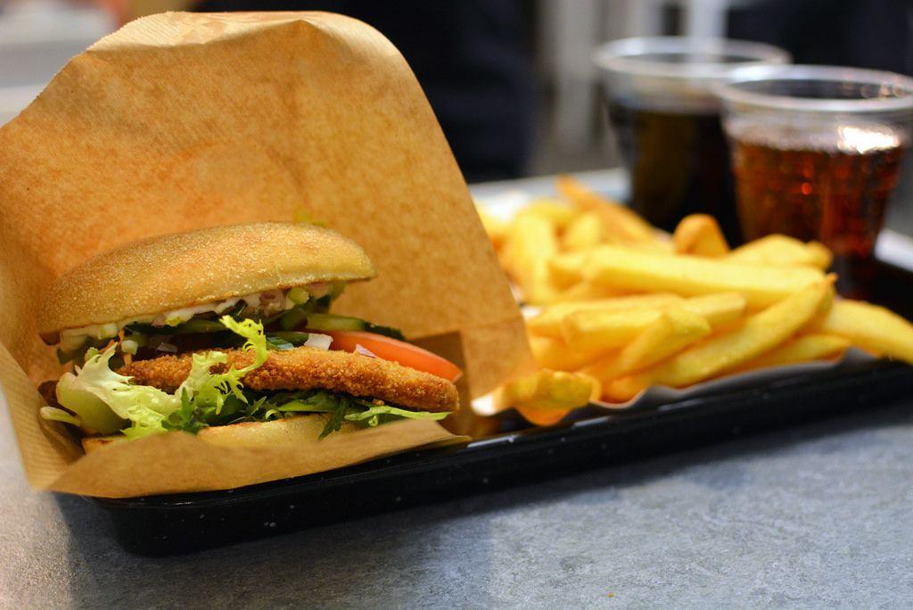 Burger-Test: Swing Kitchen in Wien. Am Bild ein Vienna Burger Menü mit veganem Schnitzel.