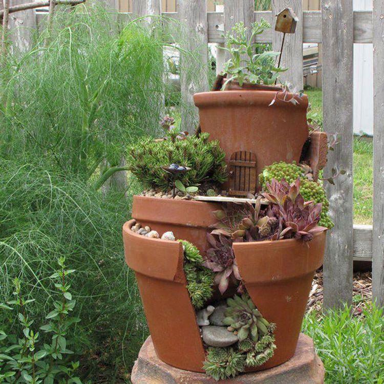 Piccoli giardini decorativi realizzati con vasi rotti n.07
