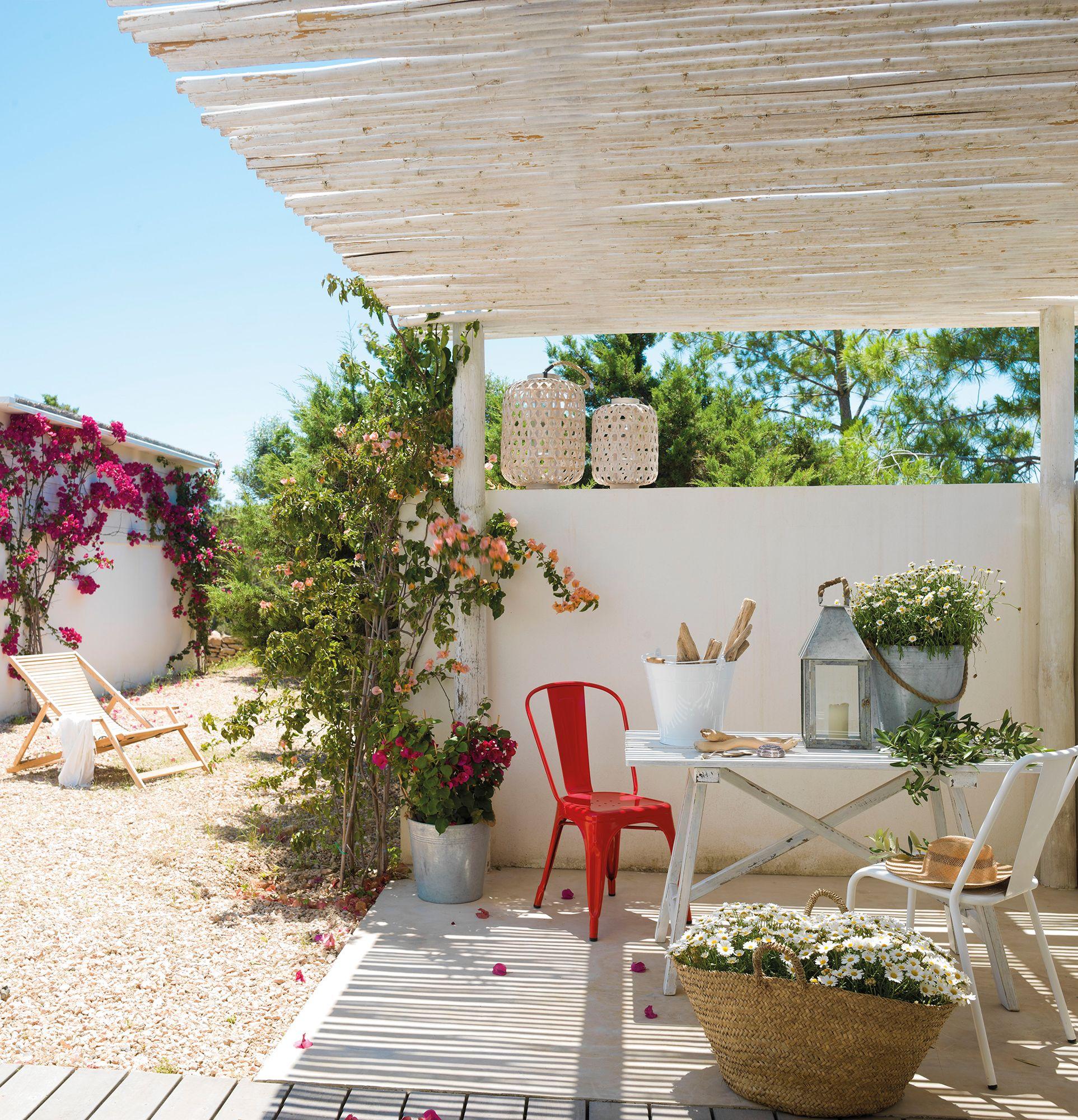 Pérgola con techo de ca±izo blanco en mini porche ibicenco Lots