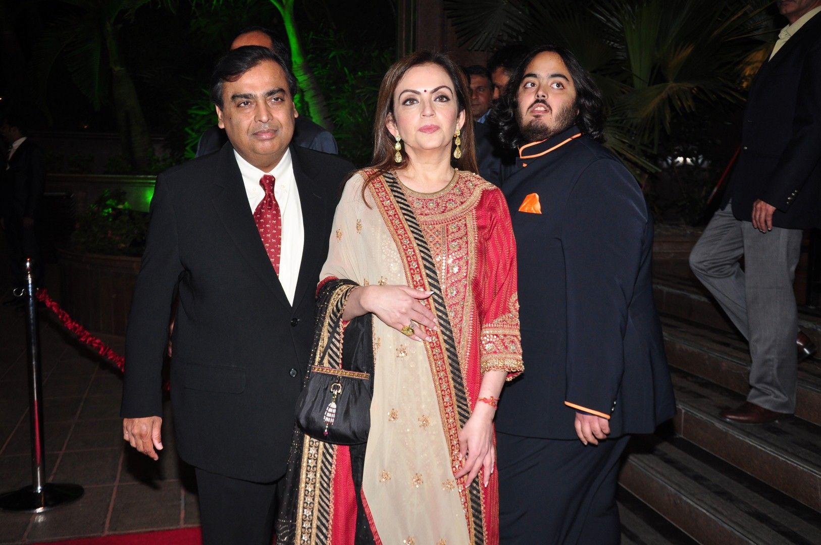Fashion style Khan alvira agnihotri at kareena wedding reception for lady