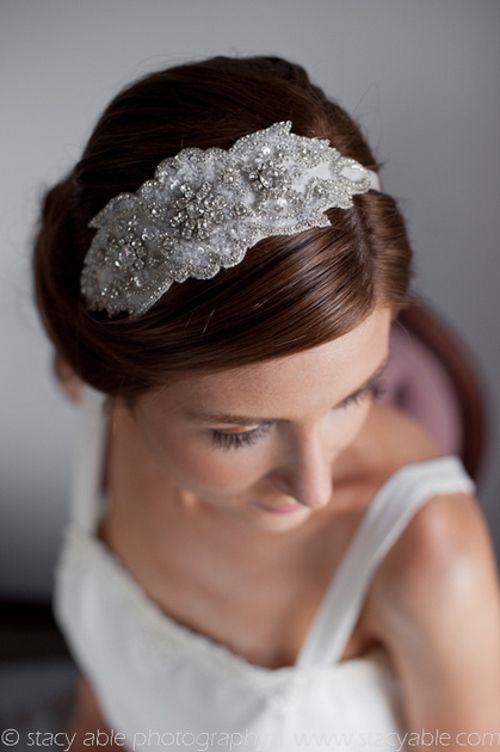 elegante tocado vintage para el cabello de la novia foto emily riggs bridal