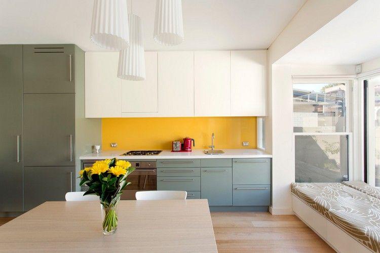 gelber Glas Spritzschutz, weiße und graue Fronten | Küche ...