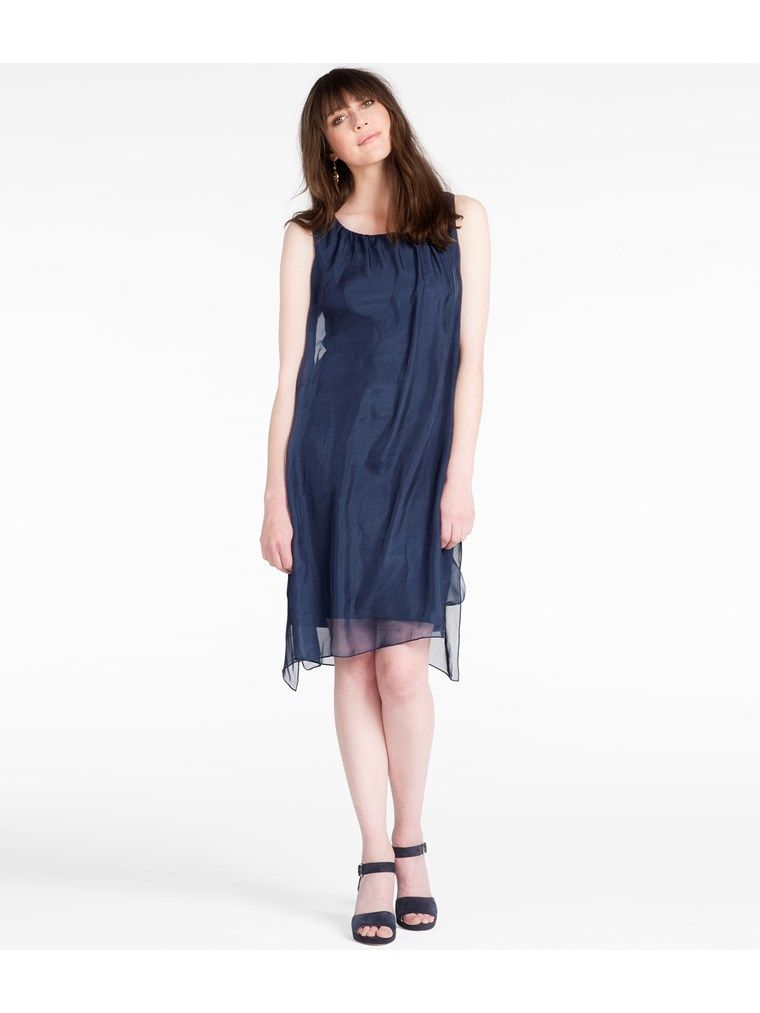 Hos KappAhl hittar du en multifunktionell klänning i skir sidenchiffong. Kan bäras på flera olika sätt. Perfekt till vårens fester och bröllop. Shoppa enkelt online.