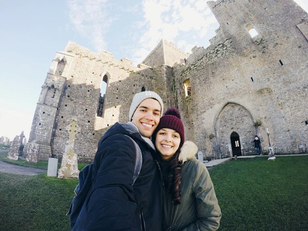 Conhecendo o castelo Rock of Cashel. aqui na Irlanda. Dia frio com vento mas muito delicioso. Estamos amando cada dia nosso aqui na ilha esmeralda! #ireland
