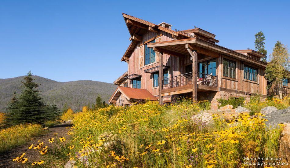 Splendide chalet bois contemporain dans les montagnes du for Chalet bois contemporain