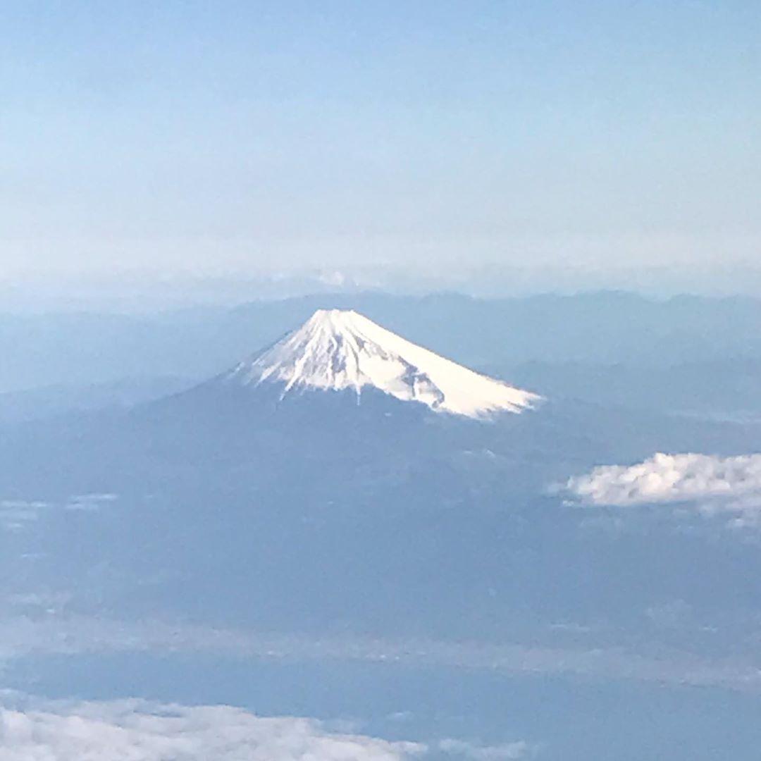 🇯🇵Domestic flight 🇯🇵✈️  Mt Fuji 富士山🗻が見えたら やっぱり嬉しい😊🥰  雲の上に 姿を見せている頂き 3770m   今回は南米へ ボリビア🇧🇴ラパスの空港は 4060m   あの富士山🗻より 高い場所に突然降り立つのです😅  でも、まだまだ 🇨🇦トロント☞チリ🇨🇱サンチャゴ☞🇧🇴ラパス 先は長い😉    #綺麗な景色#富士山#山#飛行機からの景色  #世界を旅するヒーラー #旅ブロガー#旅インスタグラマー#旅の写真#海外旅行 #beautiful view # #airport #mt fuji #mountain #high altitude  #world_traveler  #travel_blogger  #travel _instaglamer  #traveling_always  #travel_photos