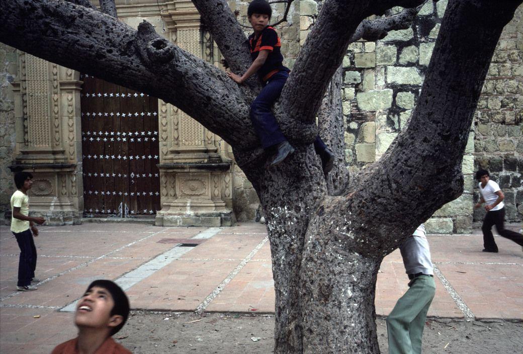 Alex Webb 1982.   Barrio de Jalatlaco,  Oaxaca. Magnum Photos Photographer Portfolio