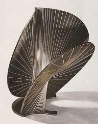 Ik vind dit niet zo'n heel mooi kunstwerk, omdat de vorm te veel op een paddenstoel lijkt.