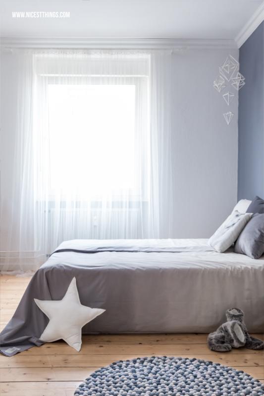 filzkugelteppich dip dye bettw sche und schlafzimmer roomtour blaue wand stuckleisten und. Black Bedroom Furniture Sets. Home Design Ideas