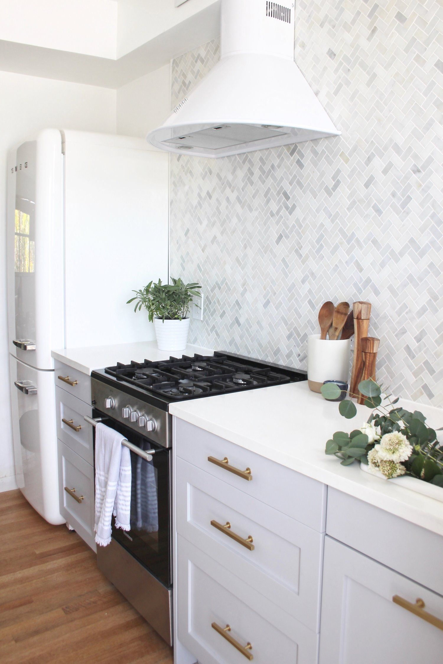 A Small But Perfectly Formed Miami Beach Kitchen Beach Kitchens Kitchen Remodel Custom Kitchens