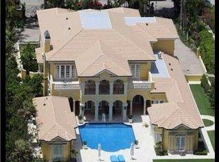 Il rochettaro Rod Stewart ha compratp questo mostro giallo a Palm Beach per un costo di 12,5 milioni dollari ed è dotato di una piscina privata … e spiaggia.