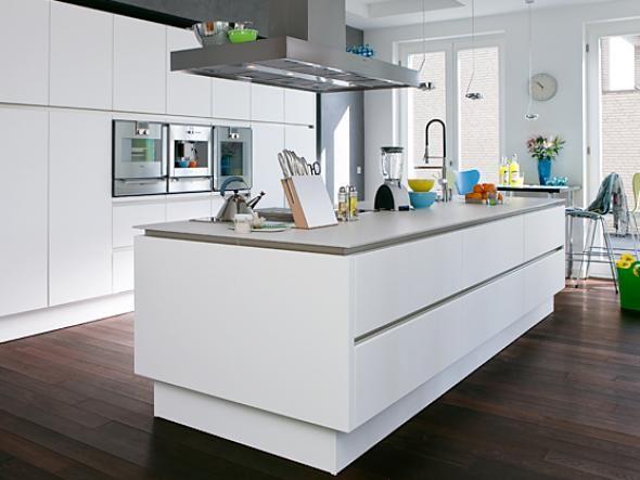 Maximaler Stauraum, Viele Hightech Geräte Und Großzügige Arbeitsflächen  Sind In Der Küche Von Familie Ruppertz Kompakt Auf Zwei Möbeleinheiten  Verteilt.