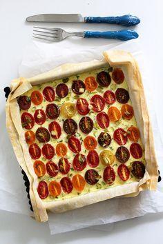 Heute wird's nach dem Schokooverflowbrowniekuchen wieder herzhaft. Und ja, es sind mal wieder Tomaten drin – neben Zucchini und Gurke das, was ich wohl am häufigsten esse. Ich präsentiere: Eine Tomate
