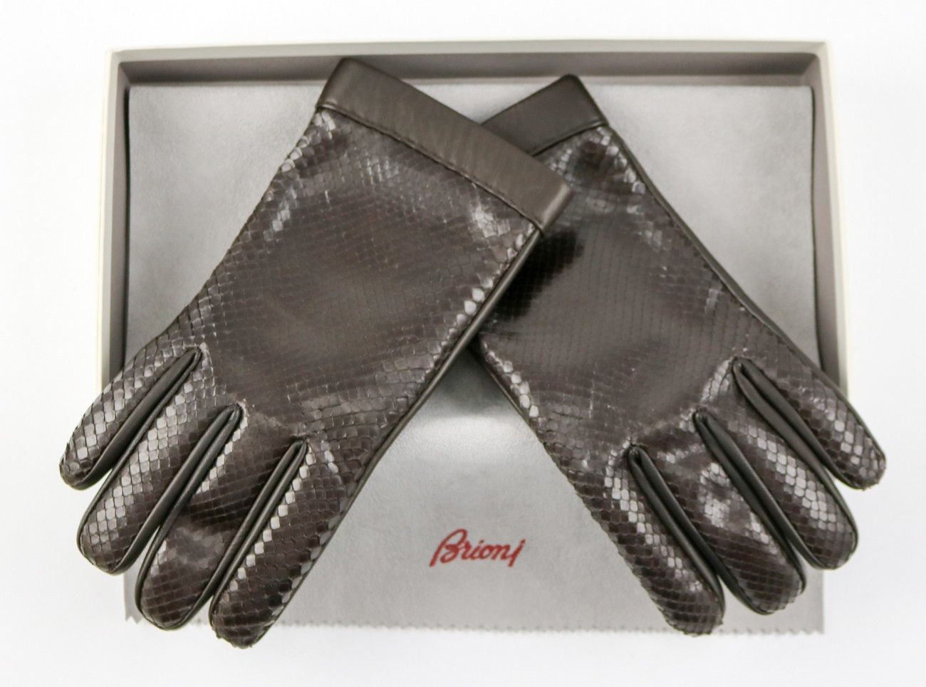 Love the trim on these #Brioni #leather #gloves!  |  Find yours! http://www.frieschskys.com/shop-brioni  | #frieschskys #mensfashion #fashion #mensstyle #style #moda #menswear #dapper #stylish #MadeInItaly #brown