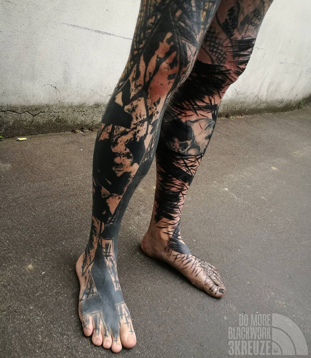 3kreuze S Brutal Heavy Abstract Blackwork Tattoo In 2020 Blackwork Tattoo Blackwork Leg Tattoo Men