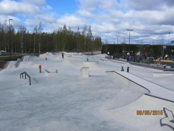Leppävaaran urheilupuistossa vietettiin lauantaina lähiliikuntapaikkojen avajaisjuhlia. Virallisesti avattiin viime syksystä asti käytössä olleet Angry Birds -puisto ja täysbetoninen skeittipuisto sekä upouusi Seikkailupuisto Huippu.