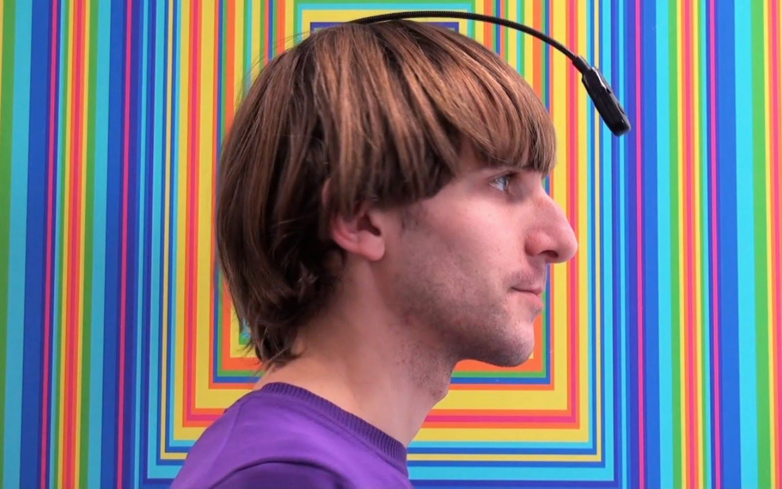 Neil Harbisson overwon zijn kleurenblindheid met 'the Eyeborg', een toestel waarmee hij kleuren kan horen.