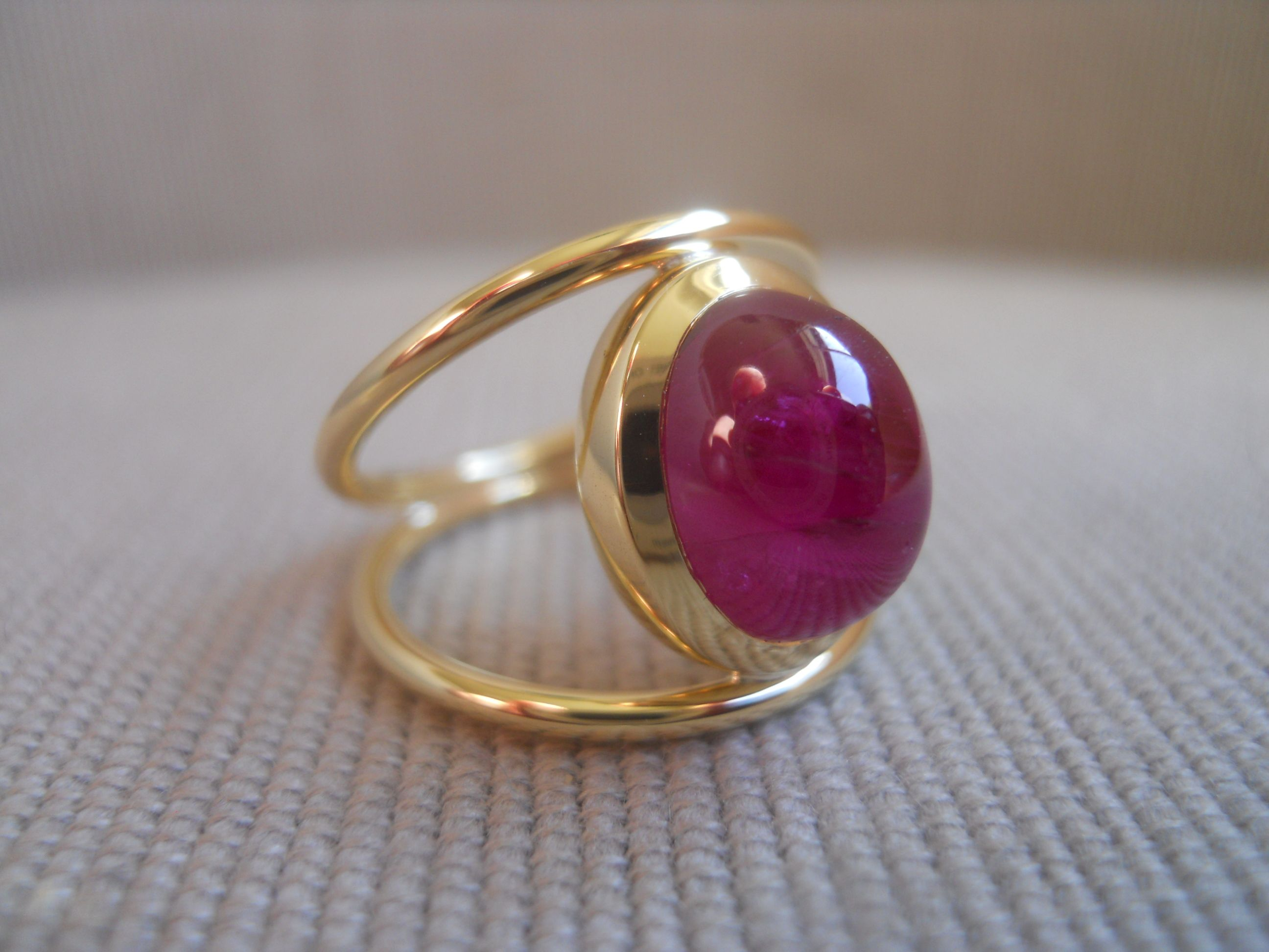 """Red chevalier"" ring. Ruby cabochon 5.51cts on 18k yellow gold."