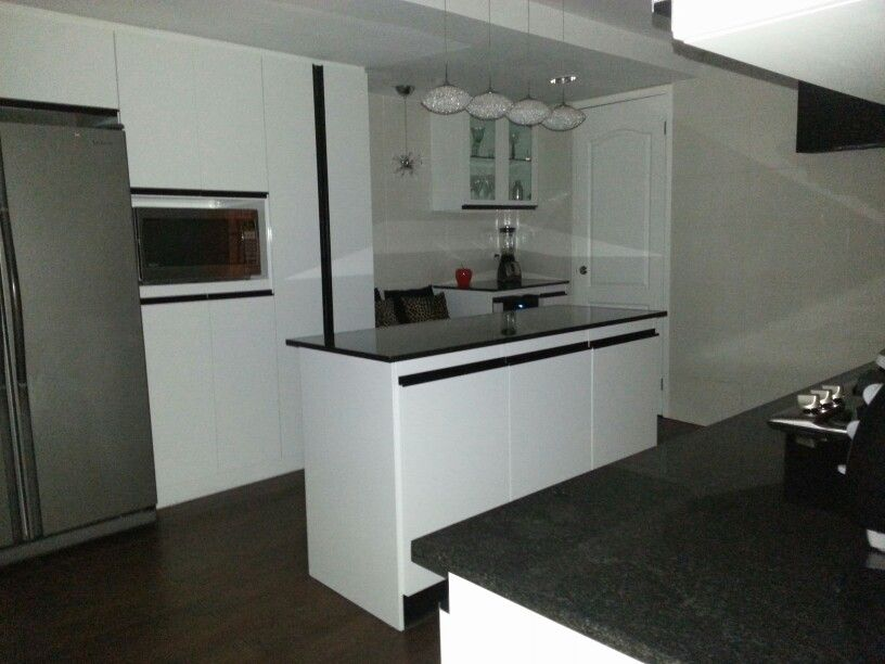 Cocina con isla moderna blanco y negro cocinas for Cocinas en blanco y negro