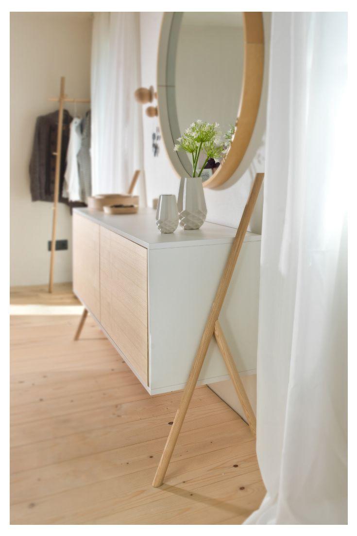 Eine moderne Kommode im skandinavischen Stil verschafft Stauraum und sieht dabei…