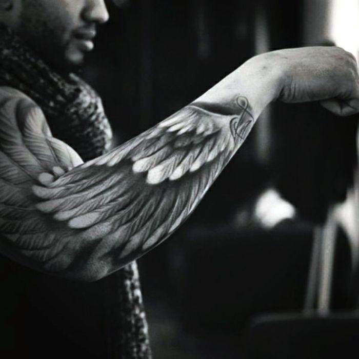 noch ein mann mit einem sch nnen schwarzen tattoo hier ist ein engel tattoo mit einem. Black Bedroom Furniture Sets. Home Design Ideas