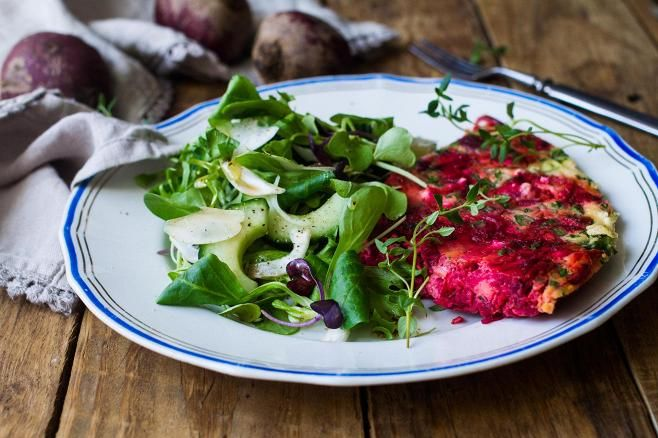 Tarjoile punajuurimunakas raikkaan salaatin kera.