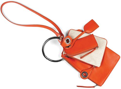 Pochettes de voyage Maison Martin Margiela http://www.vogue.fr/mode/shopping/diaporama/le-kit-de-survie-de-la-fashion-week-automne-hiver-2015-2016/19042/carrousel#pochettes-de-voyage-maison-martin-margiela