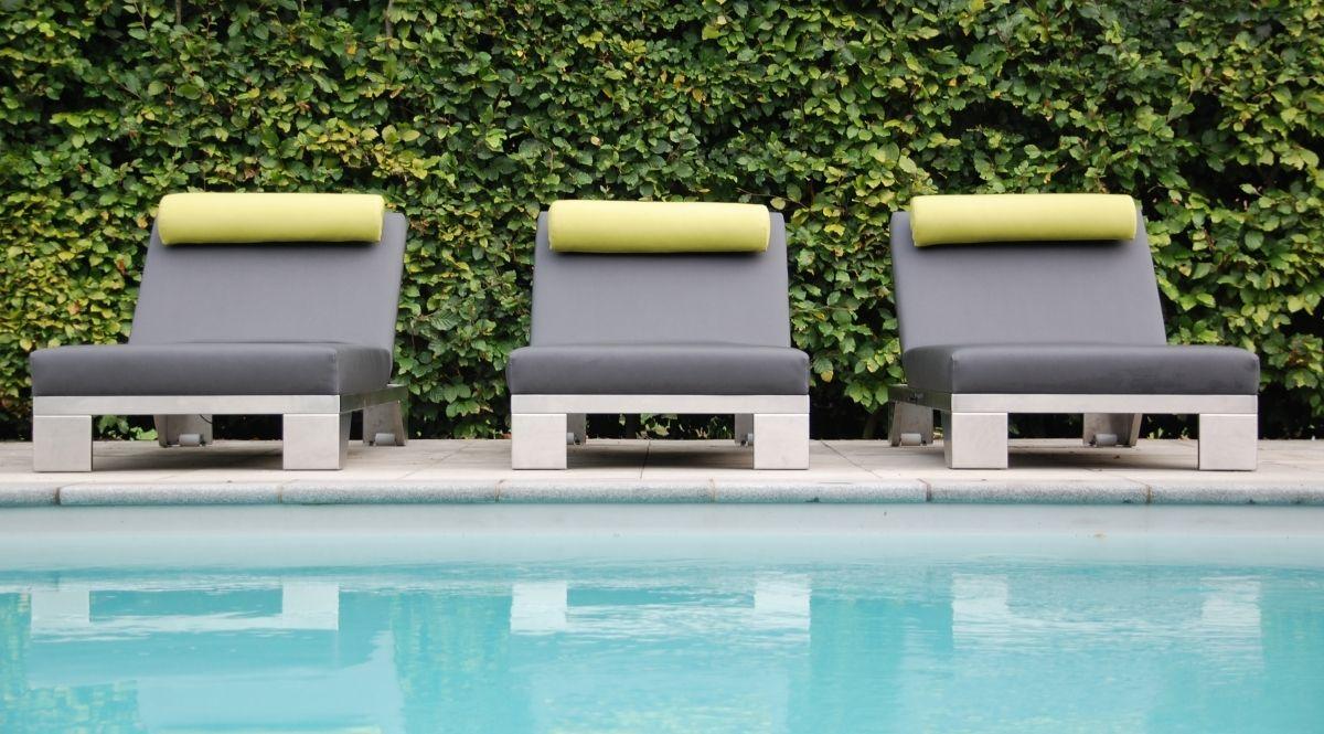 De Sunbeam lounger van Design2Chill....Sunny side up! Zonder meer de grootste innovatie op het gebied van zonnebedden te noemen. Met zijn comfortabele zachte oppervlakte en automatisch aanpasbare traploze ligpositie is Sunbeam dé manier om te relaxen en te zonnen. De meubelen worden in Europa gemaakt en zijn door de waterdichte stoffering 100% geschikt voor buitengebruik, bij zwembaden en sauna's. Elk Design2Chill meubel kan geleverd worden inclusief een afdekhoes zodat ...