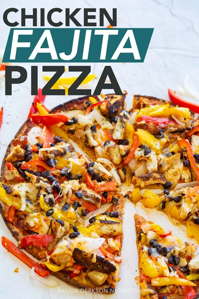 Easy and healthy chicken fajita pizza recipe. Make this on a cauliflower crust to make it gluten free.  #fajitas #pizzarecipes #recipeforchickenfajitas