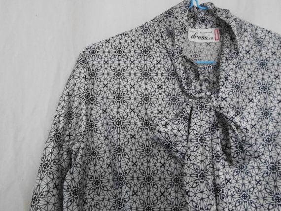 Blusa vintage con lazo estampado blanco y gris. por tutusaus, $35.00