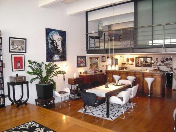 vue sur le s jour la d co est un m lange improbable de. Black Bedroom Furniture Sets. Home Design Ideas