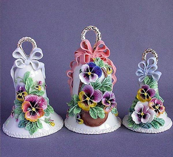 ** Porcelánové zvonky s maceškami **