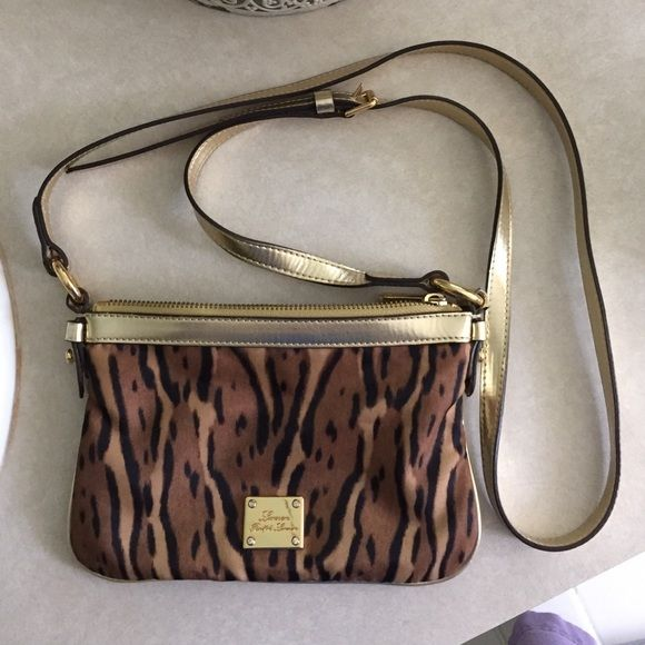 Ralph Lauren Cross Body Bag This is a small Ralph Lauren cross body with adjustable strap! All wear is shown in photos and price is a reflection of that! Lauren Ralph Lauren Bags