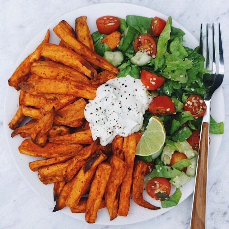 """blühende Pflanzen: """"Süßkartoffel-Pommes, Salat & hausgemachter Cashew-Sauerrahm-Bäcker ..... #sourcream"""