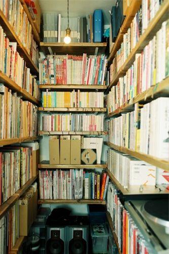本 本 本 可動収納棚に本がみっちり まるで古書店のような小空間 棚 本 収納