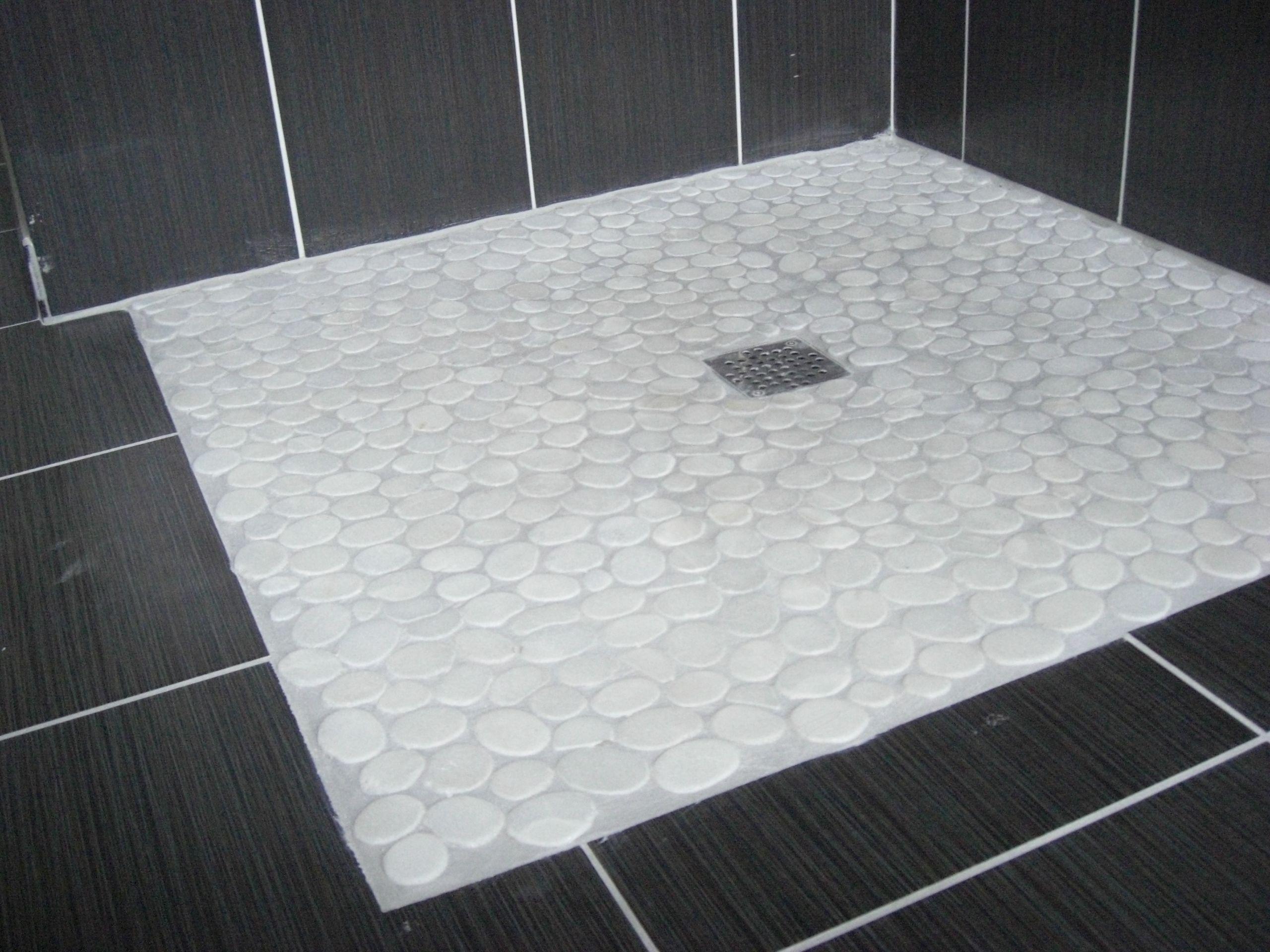 sol en galets blancs pour cette douche