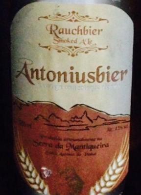 Cerveja Antoniusbier Rauchbier Smoked Ale, estilo Rauchbier, produzida por Cervejaria Bode Expiatório, Brasil. 4.5% ABV de álcool.