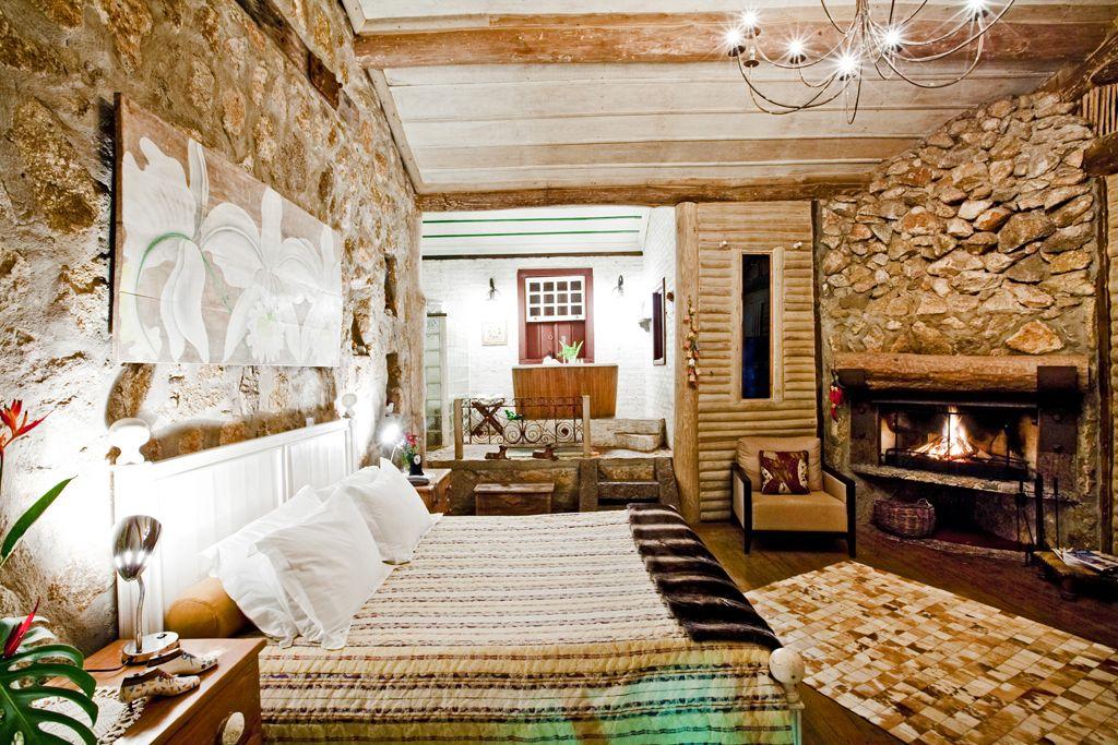 Ambiente totalmente sustentável, construído com madeira certificada e pedras.  Foto: Ronco do Bugio