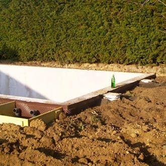 Pool selber bauen – Schritt für Schritt #poolselberbauen An der äußeren Beckenwand des Pools wird Erde aufgefüllt. #poolselberbauen