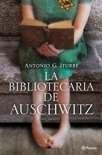 De forma secreta, en un lugar donde está prohibido casi todo y más los libros, hay una escuela y una pequeña joven que se atreve a formar una biblioteca clandestina porque leer es lo único que permite seguir en aquel horror  http://m1.paperblog.com/i/152/1528164/bibliotecaria-auschwitz-antonio-g-iturbe-L-cPj97w.jpeg