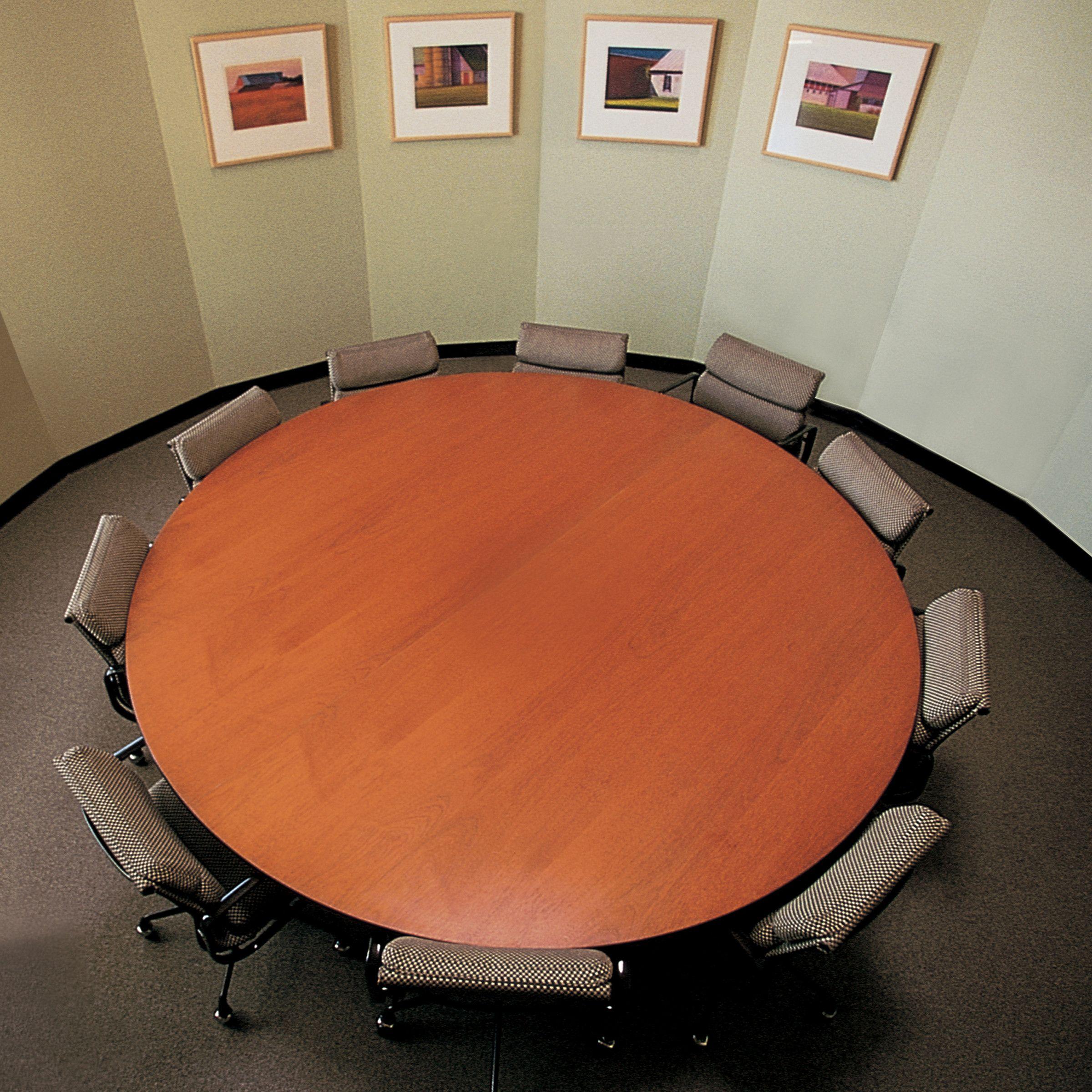 Eames Table and Soft Pad Group Chairs. Elegancia, comodidad y estilo en un mismo lugar. Solo en Mober