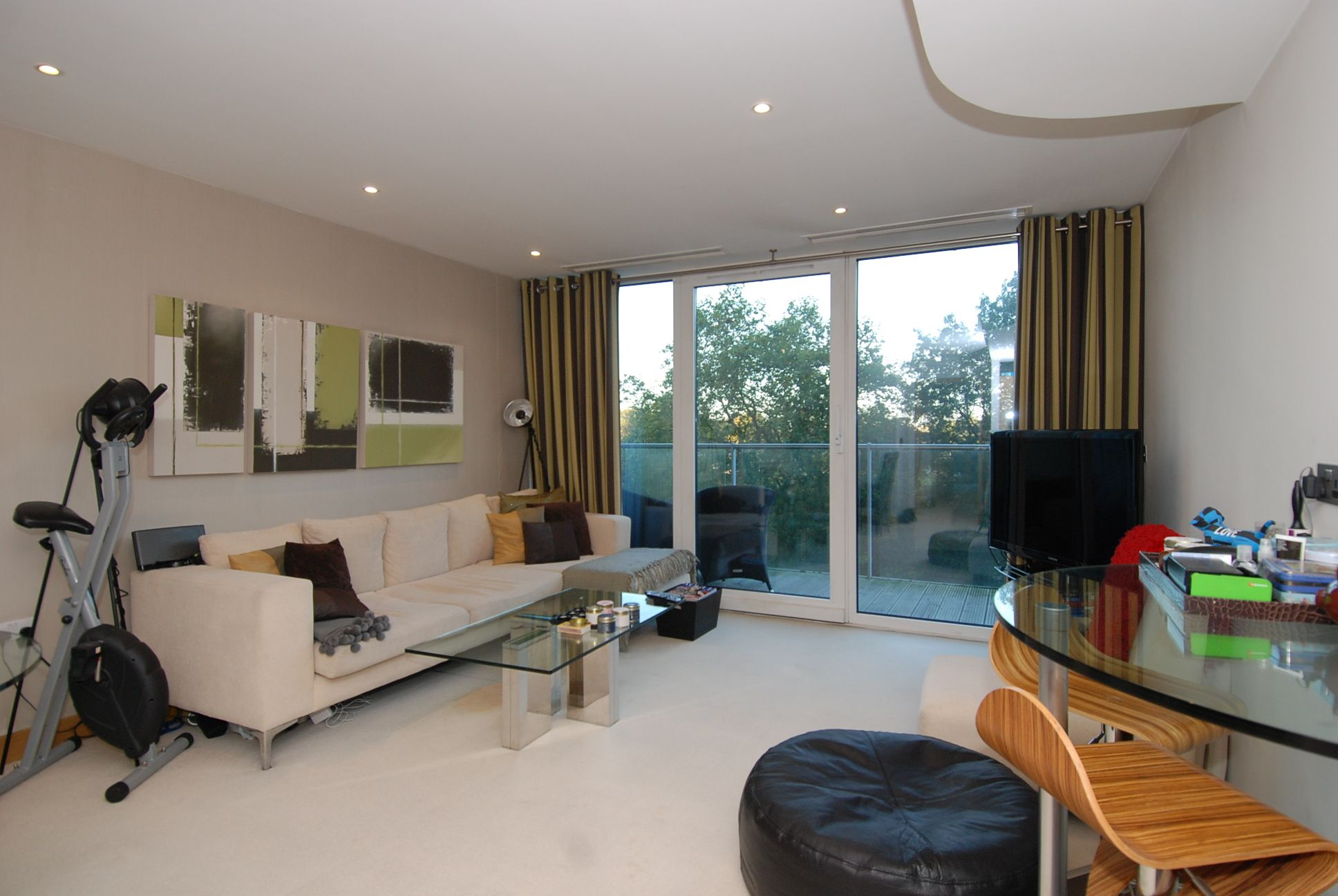 A double two bedroom flat to rent in Battersea, SW8 for £
