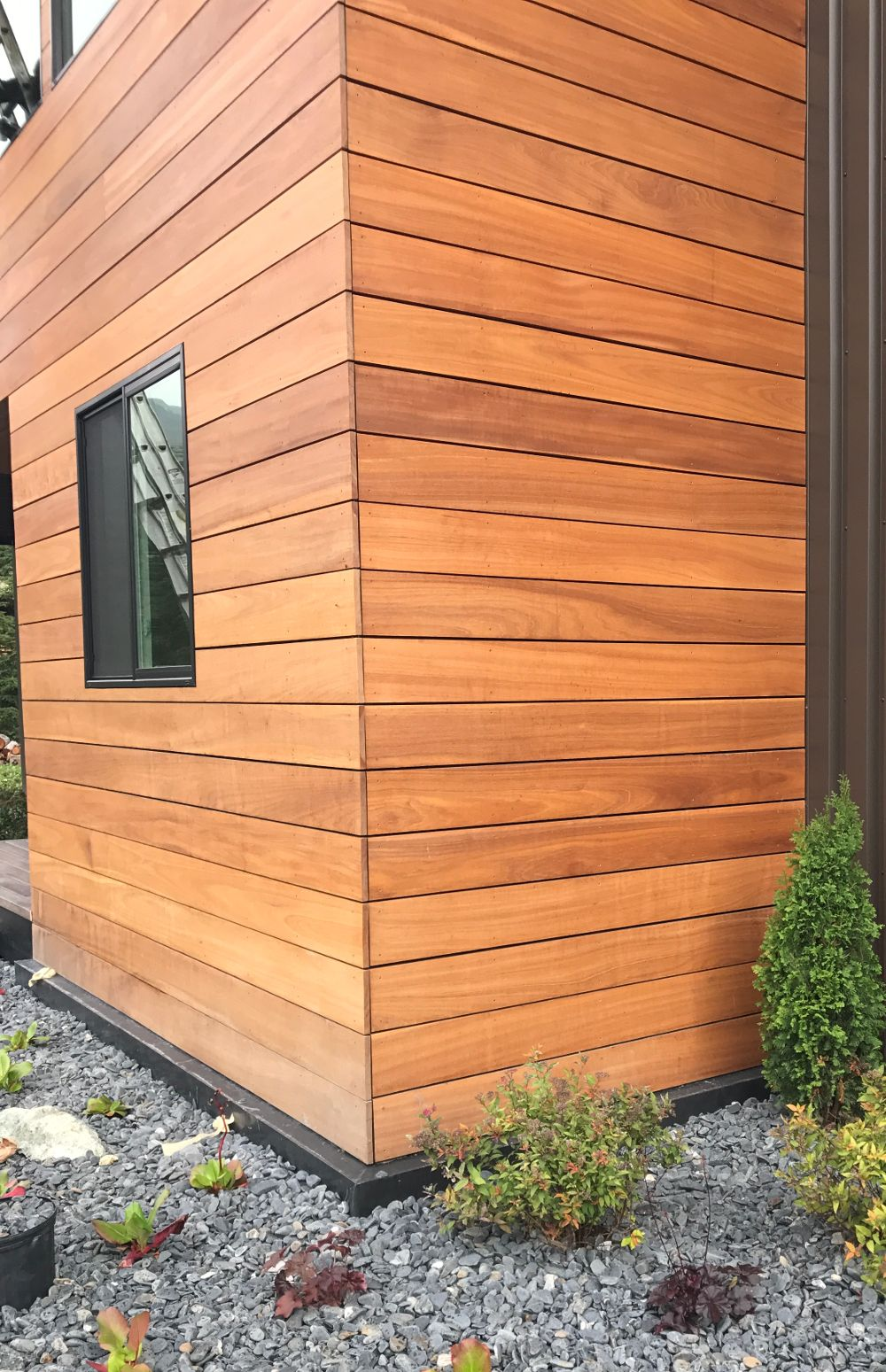 Batu Hardwood Real Wood Siding On This Contemporary Home Get Your Wood Siding Needs Fulfilled With Nova Usa Wood Wood Siding Exterior Wood Siding Cedar Siding
