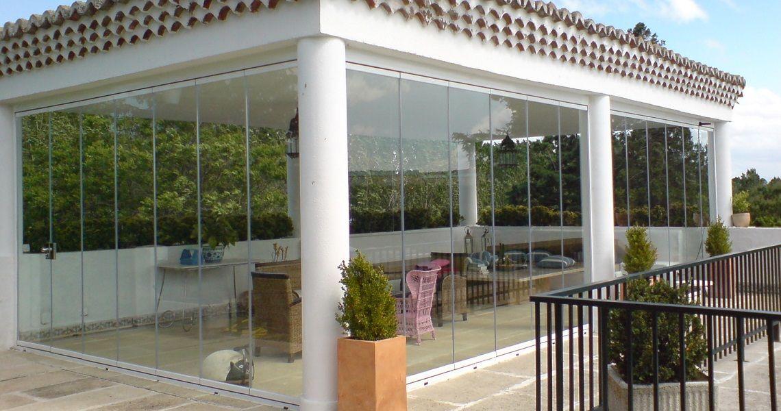 Porche de obra cerrado con cortinas de cristal porches - Cerramientos de aluminio para porches ...