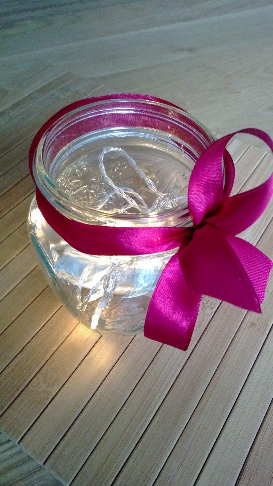 Kaunis lyhty syntyy myös tyhjästä hillopurkista. Laita lasipurkin pohjalle pieni pattereilla toimiva led-valosarja ja kiedo purkin ympärille silkkinauhaa.