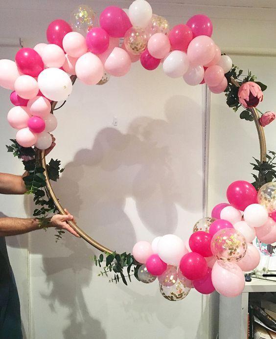 Super Fun Bridal Shower Decorations on a Budget - Hula Hoop Balloon Wreath #bridalshowerdecorations