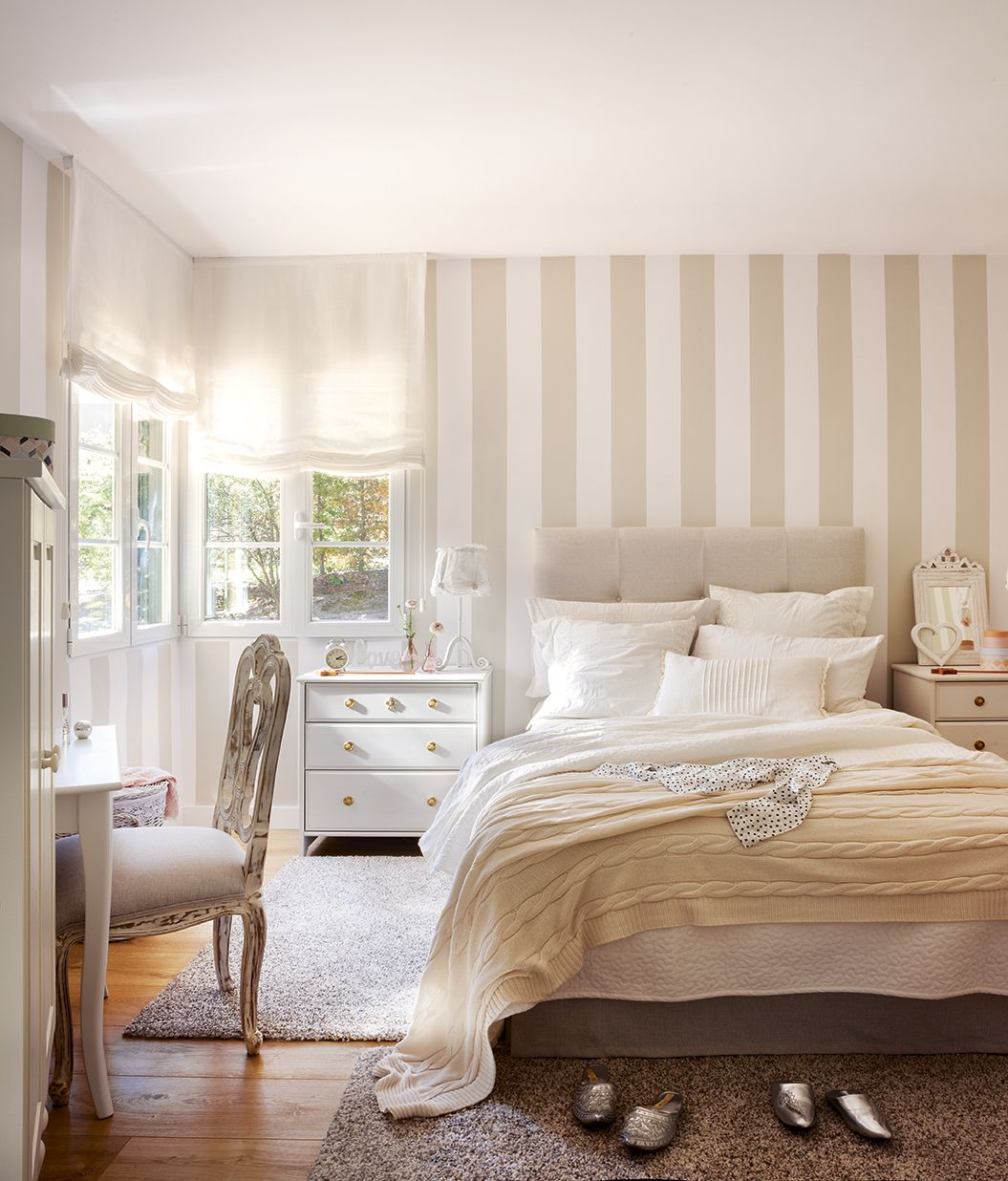 Habitaci n juvenil con cama con cabecero capiton mesilla for Papel pared habitacion matrimonio