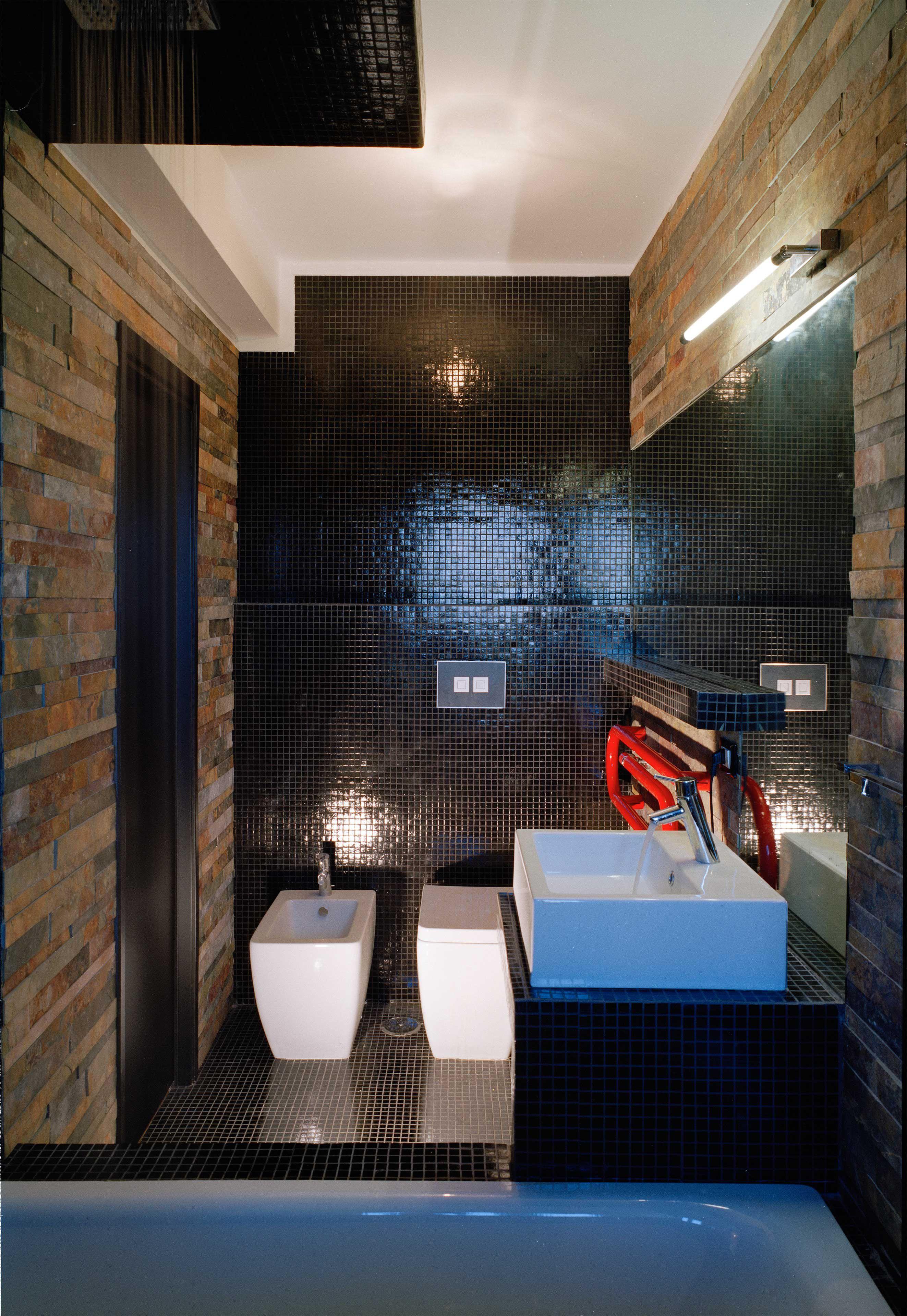 Piastrelle Bagno Nere Lucide.Rivestimenti Bagno Mosaico Nero E Mattoncini In Pietra Illuminazione Appartamento Interior Design Design